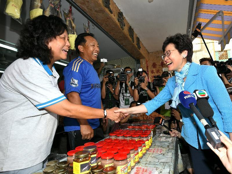 候任行政長官林鄭月娥(右)今日(五月五日)到訪大澳期間,與大澳商戶交談。