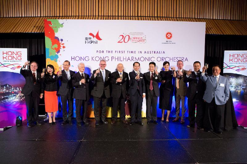 香港駐悉尼經濟貿易辦事處處長區松柏(右六)今晚(悉尼時間五月五日)與各主禮嘉賓在悉尼歌劇院於香港管弦樂團悉尼演奏會前酒會上祝酒。