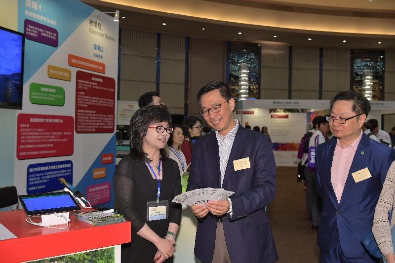 教育局副局長楊潤雄(中)今日(五月六日)參觀「多元出路資訊SHOW 2017」內的教育局攤位,了解攤位為學生提供的資訊。