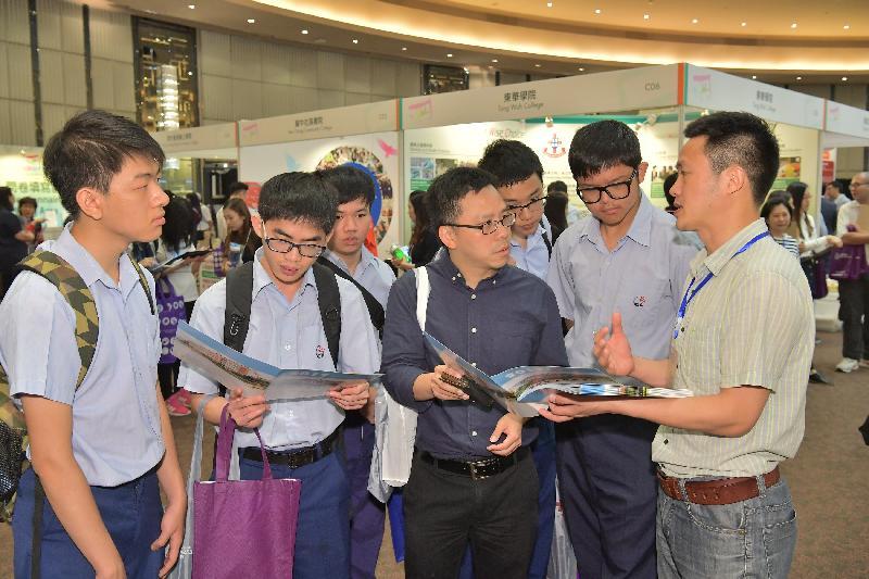 市民參觀「多元出路資訊SHOW 2017」的攤位,獲取升學及就業資訊。展覽今日(五月六日)及明日(五月七日)在九龍灣國際展貿中心舉行。