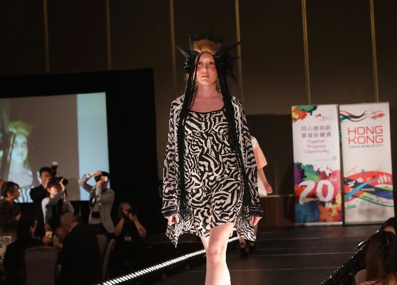 香港設計師於五月二日(倫敦時間)在香港時裝之夜展示的男女時裝、帽飾、珠寶及飾物,均是首次登場。