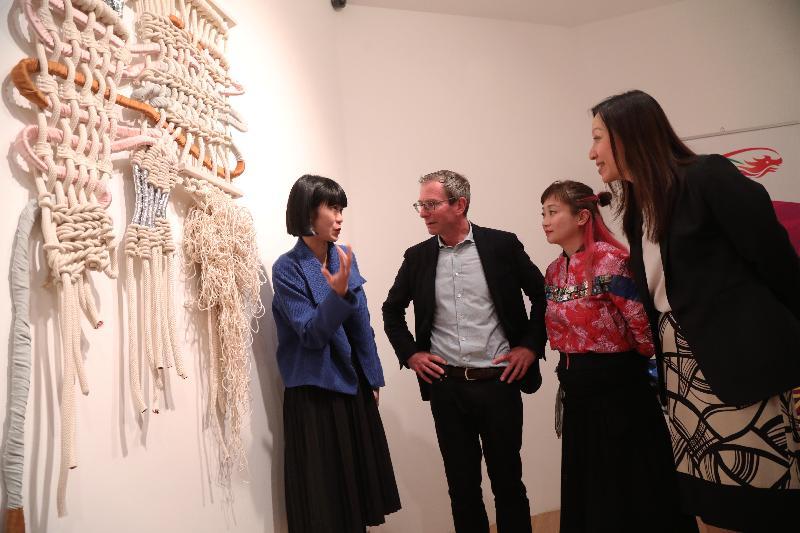 Fashion Farm Foundation在London Craft Week(倫敦工藝周)中舉辦香港設計展覽。圖示香港駐倫敦經濟貿易辦事處處長杜潔麗(右)在五月三日(倫敦時間)於開幕酒會上,與(左起)設計師Zoe、London Craft Week主席Guy Salter及Fashion Farm Foundation 主席羅可欣討論展品。