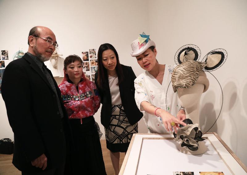 Fashion Farm Foundation在London Craft Week(倫敦工藝周)中舉辦香港設計展覽。圖示設計師Jay(右)在五月三日(倫敦時間)於開幕酒會上,向(左起)香港設計中心董事羅仲榮、Fashion Farm Foundation 主席羅可欣及香港駐倫敦經濟貿易辦事處處長杜潔麗介紹其作品。