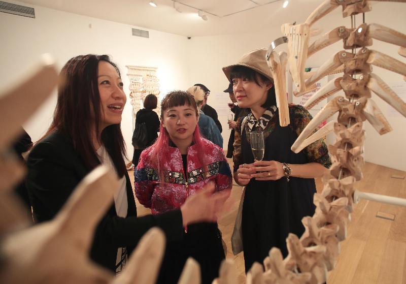 Fashion Farm Foundation在London Craft Week(倫敦工藝周)中舉辦香港設計展覽。圖示設計師Kay(右)在五月三日(倫敦時間)於開幕酒會上,向(左起)香港駐倫敦經濟貿易辦事處處長杜潔麗及Fashion Farm Foundation主席羅可欣介紹其作品。