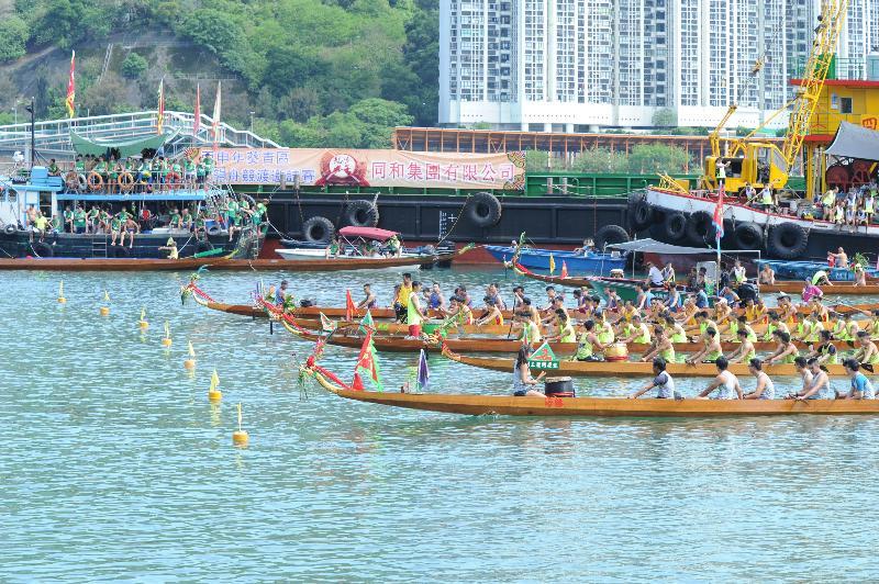 青衣東北公園對出的海旁將於五月十四日(星期日)舉行「葵青區慶祝香港回歸二十周年龍舟競渡邀請賽」。圖示二○一六年的參賽隊伍。