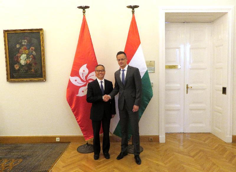 民政事務局局長劉江華(左)昨日(布達佩斯時間五月八日)於匈牙利布達佩斯展開訪問行程。圖示他與匈牙利外交及貿易部部長Péter Szijjártó合照。