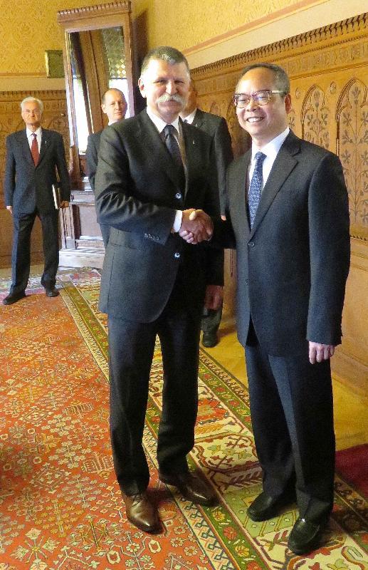 民政事務局局長劉江華(右)昨日(布達佩斯時間五月八日)於匈牙利布達佩斯拜會國民議會議長László Kövér。