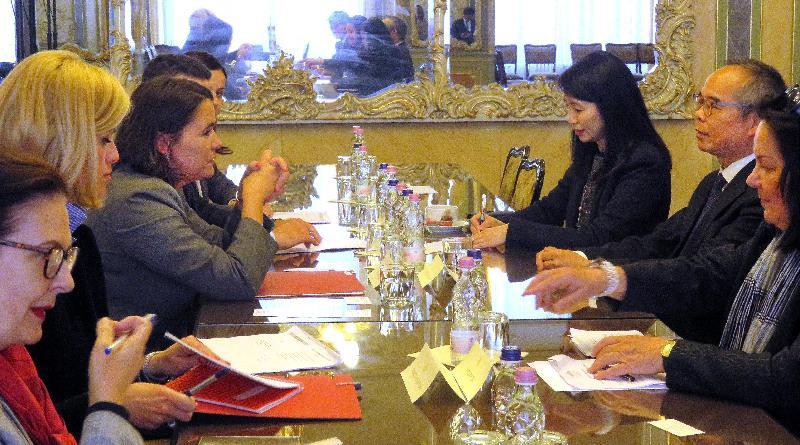 民政事務局局長劉江華(右二)昨日(布達佩斯時間五月八日)於匈牙利布達佩斯與Minister of State for Family and Youth Affairs Katalin Novák(左三)會面交流。