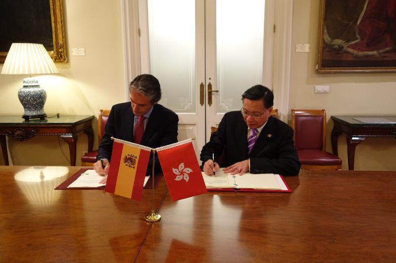 運輸及房屋局局長張炳良教授(右)於五月九日(馬德里時間)在西班牙馬德里與西班牙工務及運輸部長Iñigo de la Serna(左)簽署民用航空運輸協定。這份民用航空運輸協定為香港與西班牙之間的航空運輸聯繫提供法律基礎,有助推動兩地的經濟及文化交流。