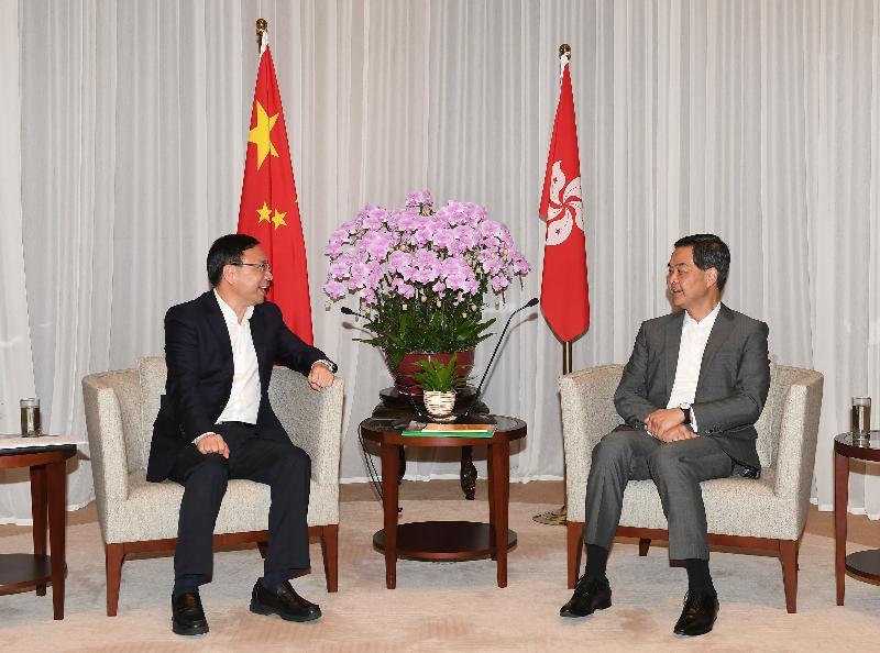 行政長官梁振英(右)今日(五月十一日)下午在行政長官辦公室與中山市委書記陳如桂(左)會面,就雙方關注的議題交換意見。