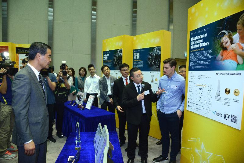 行政長官梁振英(左)今日(五月十一日)出席在添馬政府總部舉行的第45屆日內瓦國際發明展得獎者慶祝酒會,並參觀展覽。