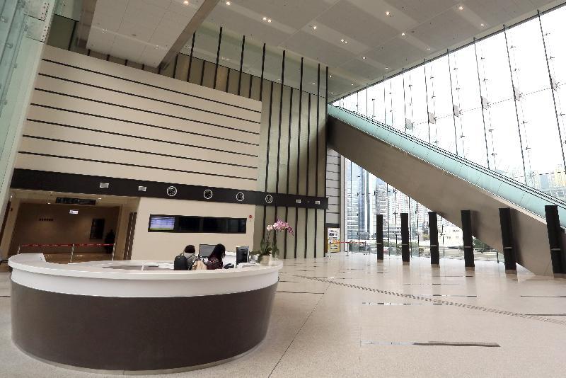終審法院首席法官馬道立今日(五月十二日)為西九龍法院大樓主持啟用典禮。圖為西九龍法院大樓大堂。