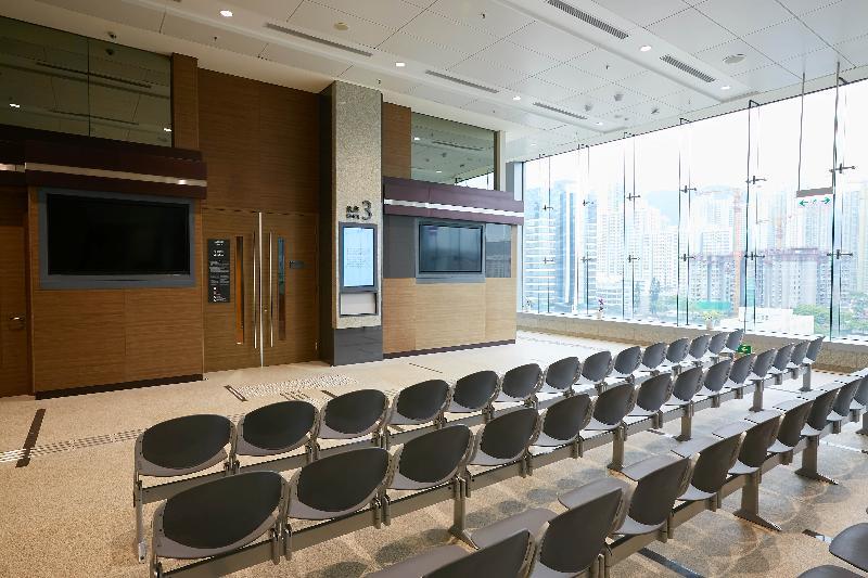終審法院首席法官馬道立今日(五月十二日)為西九龍法院大樓主持啟用典禮。圖為法庭等候區。