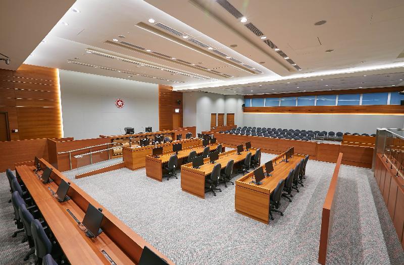 終審法院首席法官馬道立今日(五月十二日)為西九龍法院大樓主持啟用典禮。圖為西九龍裁判法院內的大型法庭(3號法庭)。