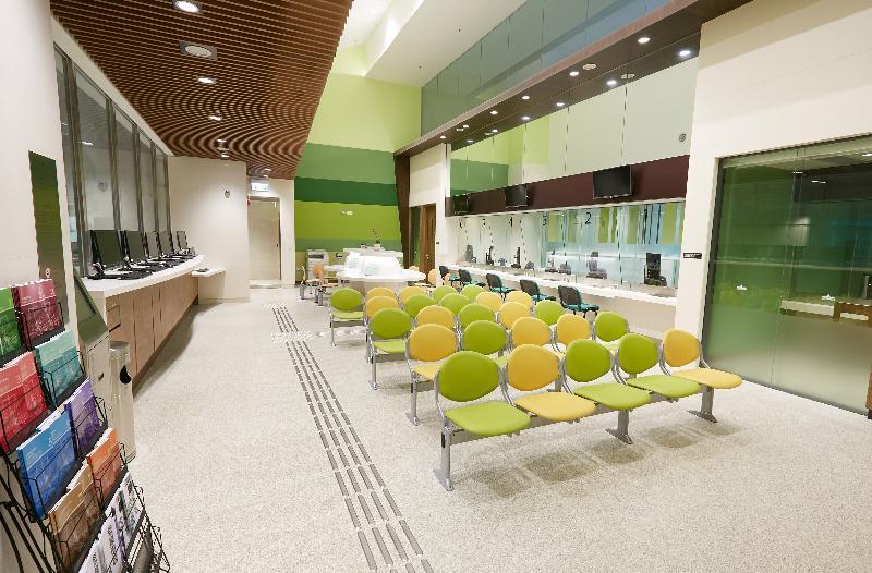 終審法院首席法官馬道立今日(五月十二日)為西九龍法院大樓主持啟用典禮。圖為小額錢債審裁處資訊中心。