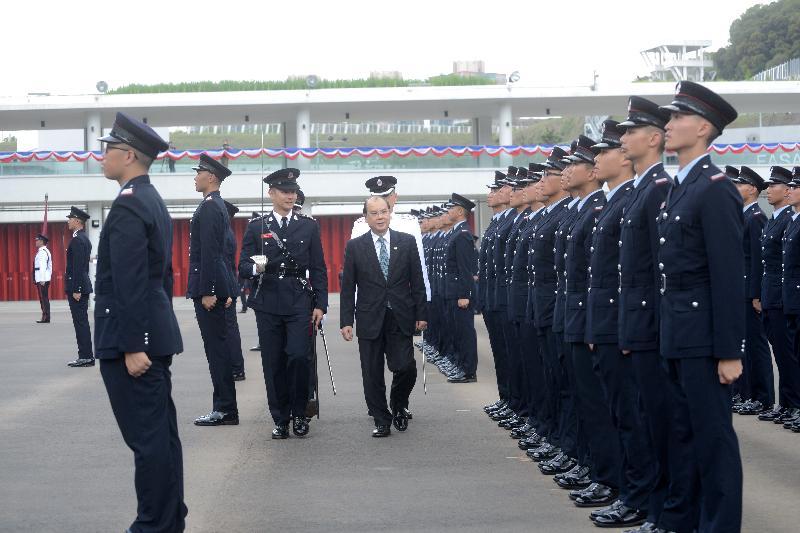 政務司司長張建宗(中)今日(五月十二日)在消防處第178屆結業會操上檢閱學員。