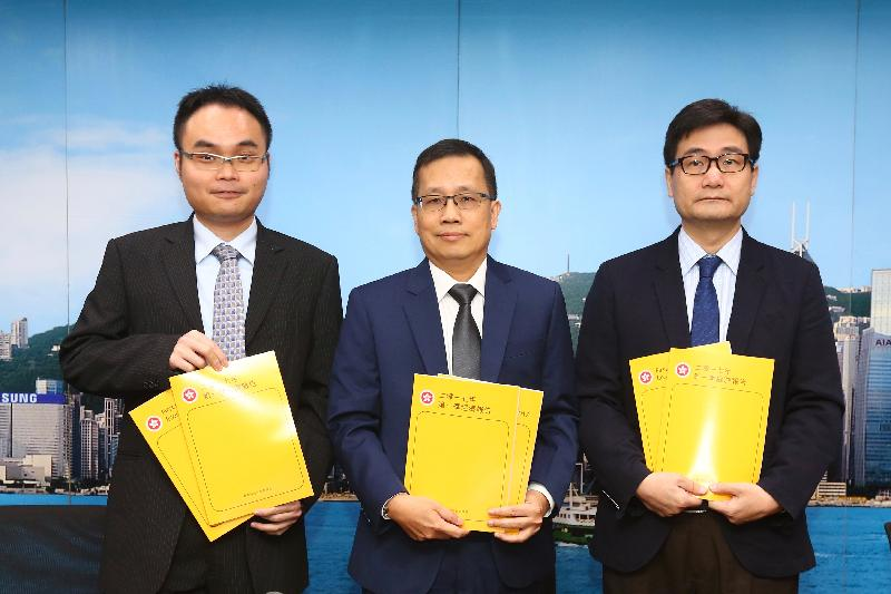 The Acting Government Economist, Mr Andrew Au (centre), presents the First Quarter Economic Report 2017 at a press conference today (May 12). Also present are the Principal Economist, Mr Eric Lee (left), and Assistant Commissioner for Census and Statistics Mr Osbert Wang.