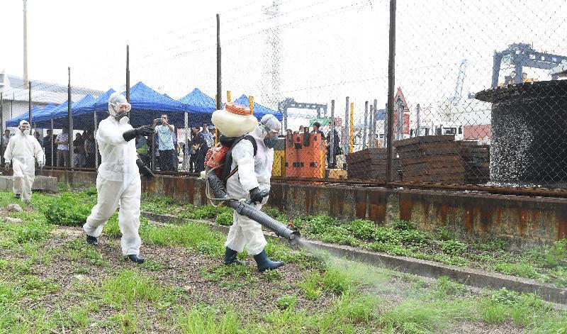 衞生署衞生防護中心聯同多個政府部門和機構今日(五月十二日)在香港葵涌八號貨櫃碼頭西舉行代號「月光石」的演習,測試一旦出現寨卡病毒感染個案時相關政府部門和機構的應變能力。圖示食物環境衞生署人員施放霧化殺蟲劑杜絕傳染性病媒。