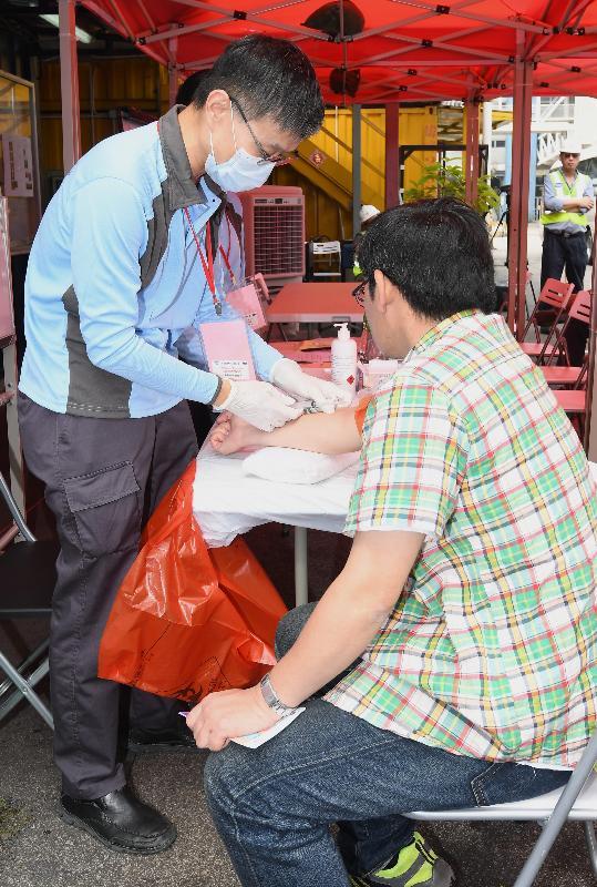 衞生署衞生防護中心聯同多個政府部門和機構今日(五月十二日)在香港葵涌八號貨櫃碼頭西舉行代號「月光石」的演習,測試一旦出現寨卡病毒感染個案時相關政府部門和機構的應變能力。在演習中,衞生署公共衞生隊伍人員懷疑確診感染者的同事感染寨卡病毒,該隊伍為他抽血,以作進一步檢驗。