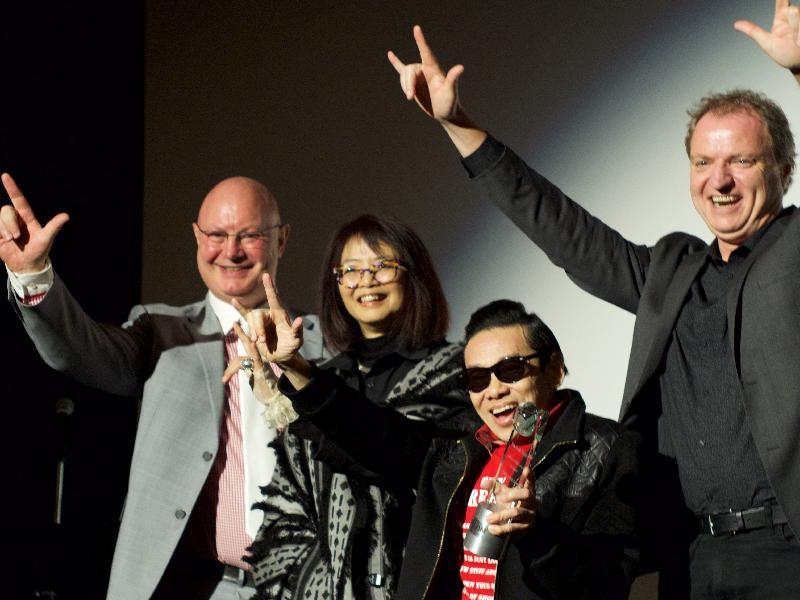 香港駐紐約經濟貿易辦事處處長柏嘉禮(左一)、泰迪羅賓(右二)、亞洲躍動電影展執行董事王曉菲(左二)及芝加哥電影辦事處總監Rich Moskal(右一)於五月十一日(芝加哥時間)在芝加哥一場向泰迪羅賓致敬的頒獎晚會上合照。