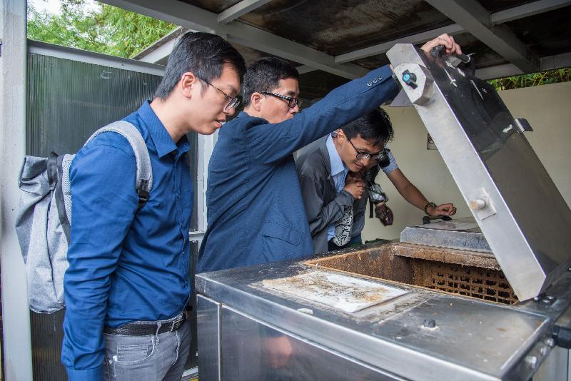立法會垃圾收集及資源回收小組委員會委員朱凱廸(右)和非小組委員會委員何啟明(左)今日(五月十五日)參觀香港中文大學的廚餘循環再造設施。