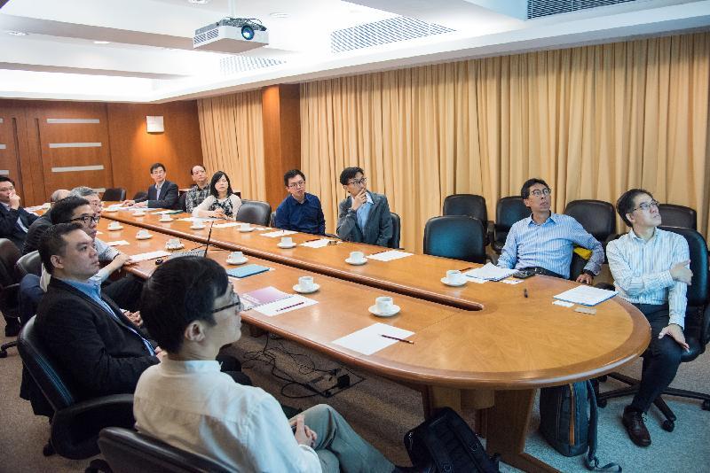 立法會議員朱凱廸(右三)和何啟明(右四)今日(五月十五日)聽取香港中文大學的代表講解校園的減廢計劃。