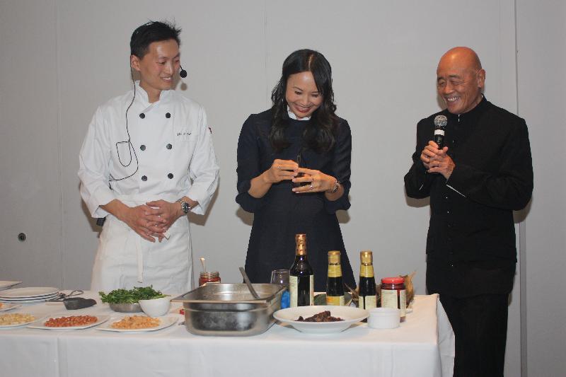國際知名華人廚師譚榮輝(右)及黃瀞億(中)於五月十五日(倫敦時間)在香港駐倫敦經濟貿易辦事處支持在倫敦舉辦的香港非物質文化遺產節上示範製作端午節食品粽子。