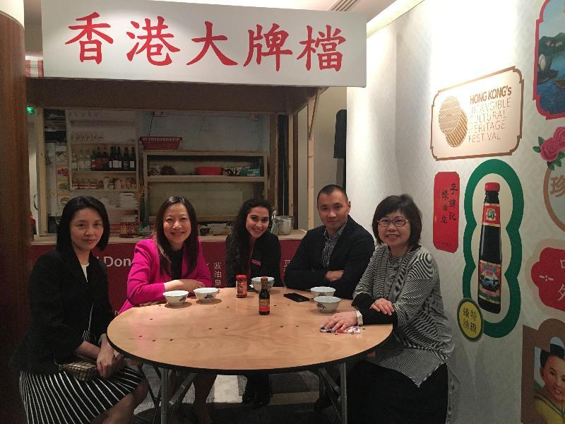 香港駐倫敦經濟貿易辦事處於五月十五日(倫敦時間)支持在倫敦舉辦的香港非物質文化遺產節,其首項活動為探討英國及香港的中華遺產及食物文化國際研討會,當中展示了香港特色大排檔。圖示(左起)明愛(倫敦)學院院長李中文、香港駐倫敦經濟貿易辦事處處長杜潔麗、倫敦金融城皇冠假日酒店市場部經理Tuhina Rahman、大三元董事郭華夏及李錦記(歐洲)總監莊美賢。