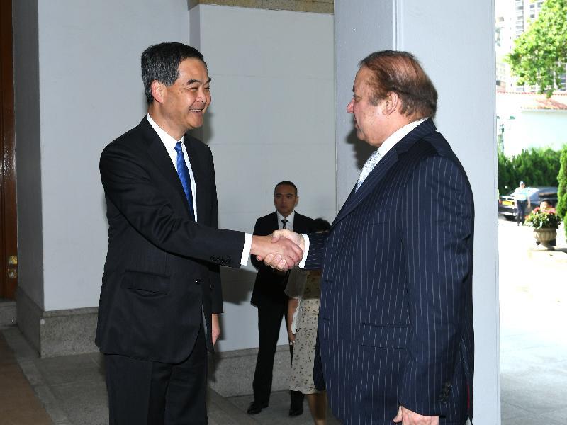 行政長官梁振英今日上午(五月十七日)在禮賓府與訪港的巴基斯坦總理謝里夫會面,就雙方共同關心的課題交換意見。圖示梁振英(左)歡迎謝里夫。
