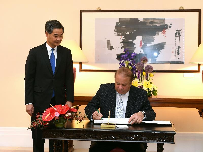 行政長官梁振英今日上午(五月十七日)在禮賓府與訪港的巴基斯坦總理謝里夫會面,就雙方共同關心的課題交換意見。圖示總理謝里夫在禮賓府的貴賓冊上簽名留念。
