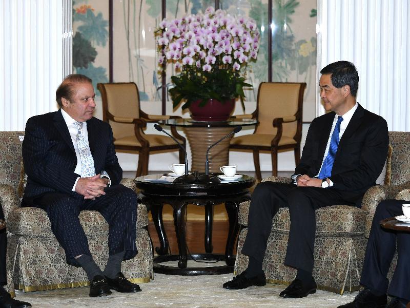 行政長官梁振英(右)今日上午(五月十七日)在禮賓府與訪港的巴基斯坦總理謝里夫會面,就雙方共同關心的課題交換意見。
