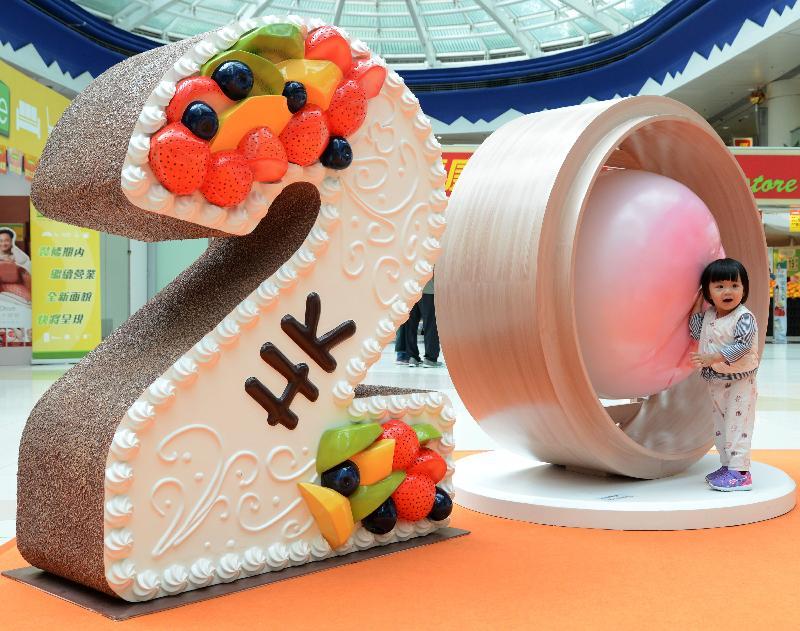 「香港特別行政區成立二十周年巡迴展覽」今日(五月十九日)移師將軍澳新都城中心三期商場舉行第二場展覽。圖示小女孩在展覽上與生日蛋糕和壽桃包立體模型拍照留念。
