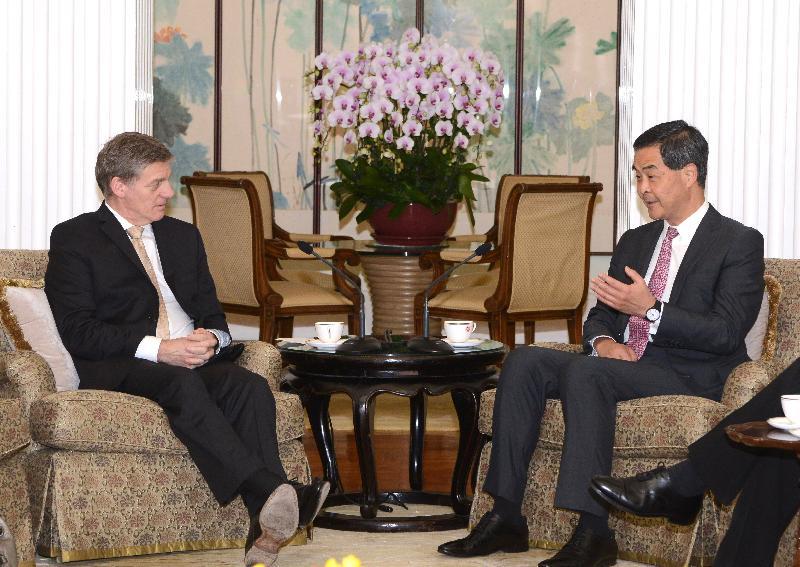 行政長官梁振英(右)今日(五月十九日)下午在禮賓府與訪港的新西蘭總理比爾.英格利希(左)會面,就雙方關注的議題交換意見。