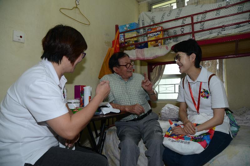 行政署長蔡潔如(右一)今日(五月二十日)探訪深水埗的長者,並向他送上「二十周年慶祝活動禮物包」,一起分享香港回歸二十周年的喜悅。