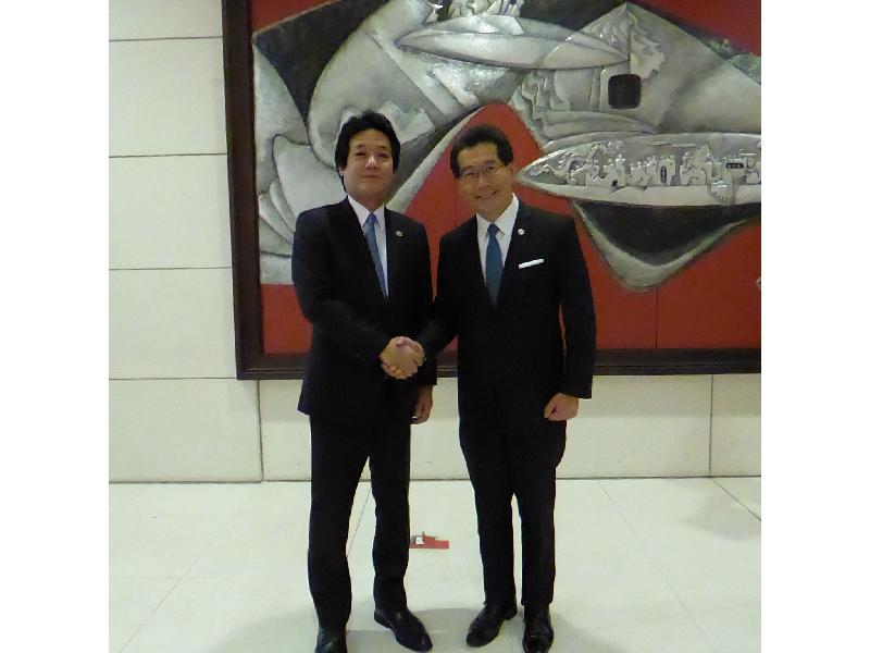 商務及經濟發展局局長蘇錦樑(右)今日(五月二十日)在越南河內與日本外務省副大臣薗浦健太郎會面,就香港與日本的經貿關係交流意見。