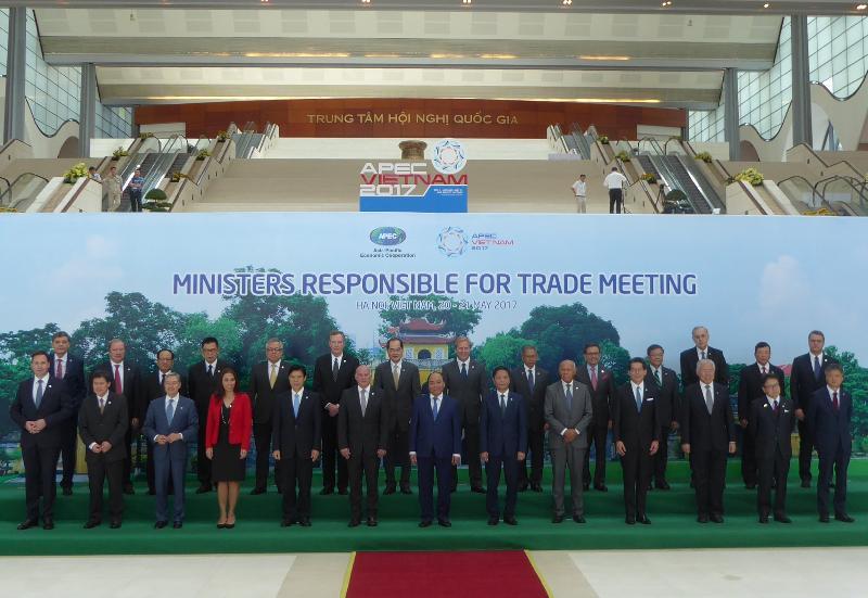 商務及經濟發展局局長蘇錦樑(前排右四)今日(五月二十日)在越南河內出席亞太區經濟合作組織貿易部長會議,和其他與會的貿易部長合照。