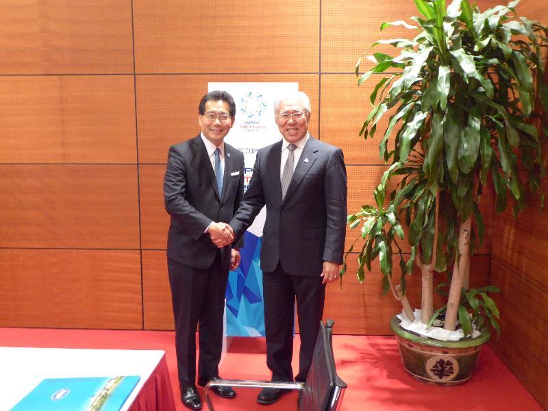 商務及經濟發展局局長蘇錦樑(左)今日(五月二十日)在越南河內與印尼貿易部部長Enggartiasto Lukita舉行雙邊會議,就中國香港-東盟自由貿易協定的議題交流意見。
