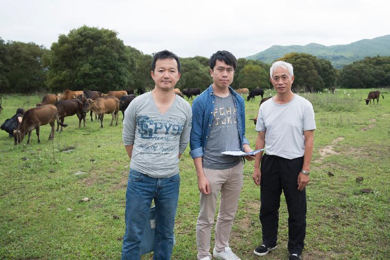 立法會議員今日(五月二十日)前往西貢進行實地視察,以跟進一宗有關保育牛隻事宜的申訴個案。(左起)立法會議員陳志全、鄺俊宇和梁耀忠。