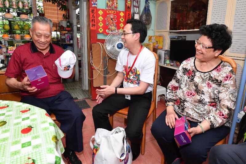 發展局局長馬紹祥(中)今日(五月二十二日)探訪荔景邨的長者家庭,了解其生活情況和需要,並派發禮物包。