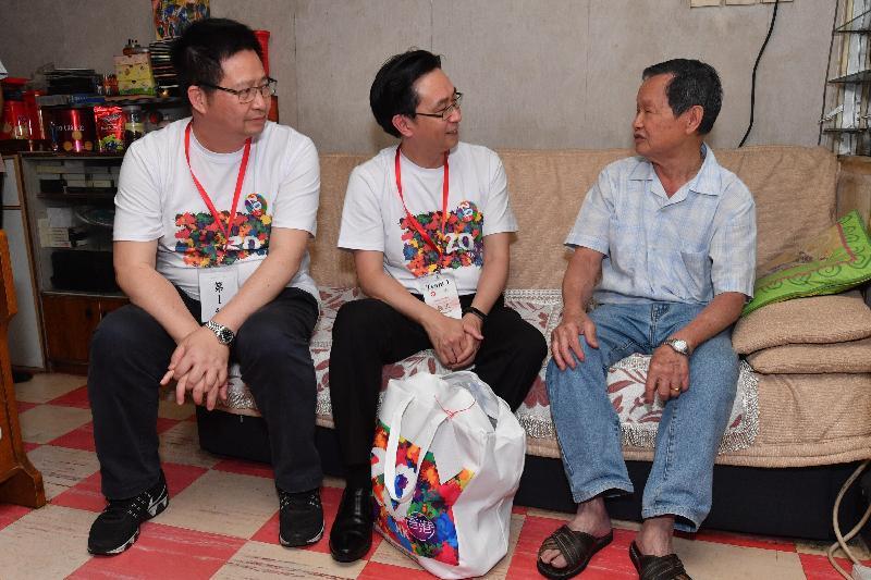 發展局局長馬紹祥(中)今日(五月二十二日)探訪荔景邨的長者,了解其生活情況和需要。旁為葵青區議會主席羅競成(左)。
