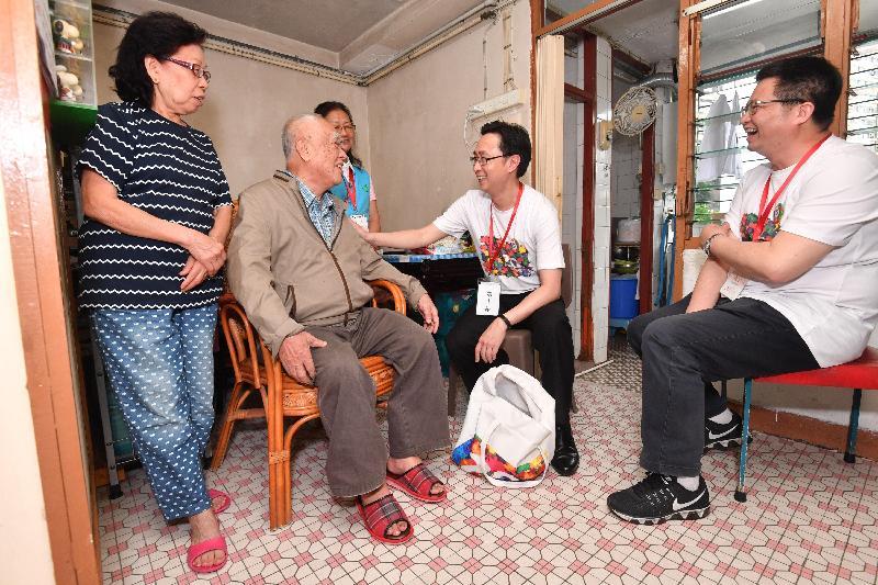 發展局局長馬紹祥(右二)今日(五月二十二日)探訪荔景邨的長者家庭,了解其生活情況和需要。旁為葵青區議會主席羅競成(右一)。