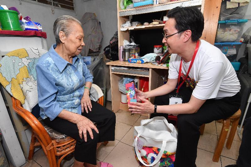 發展局局長馬紹祥(右)今日(五月二十二日)探訪荔景邨的長者,了解其生活情況和需要,並派發禮物包。