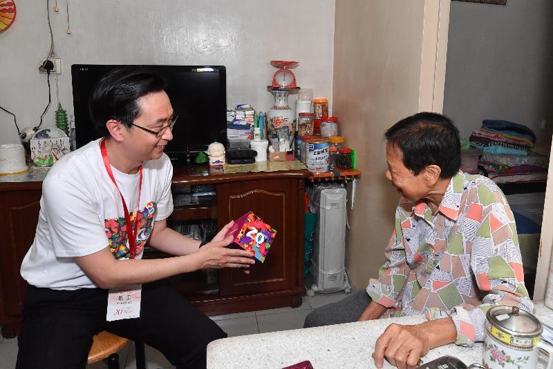 發展局局長馬紹祥(左)今日(五月二十二日)探訪荔景邨的長者,了解其日常生活情況和需要,並派發禮物包。