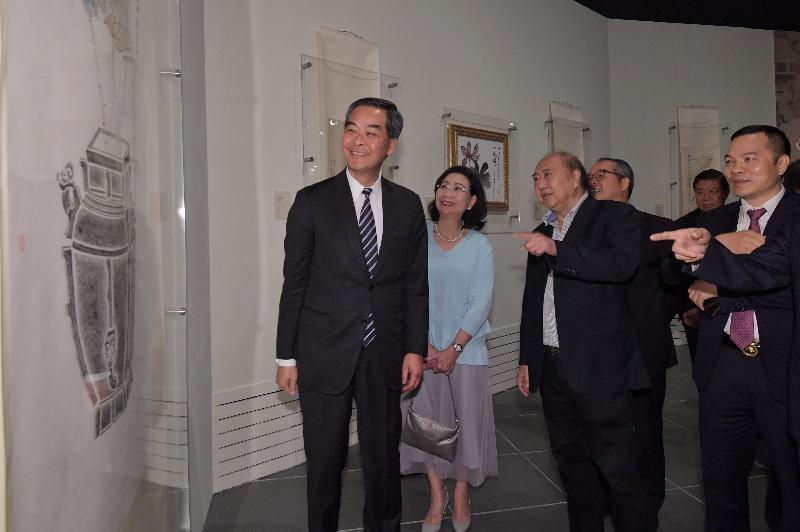 行政長官梁振英(左一)今日(五月二十三日)在香港文化博物館參觀「敦煌韻致--饒宗頤教授之敦煌學術藝術展」。