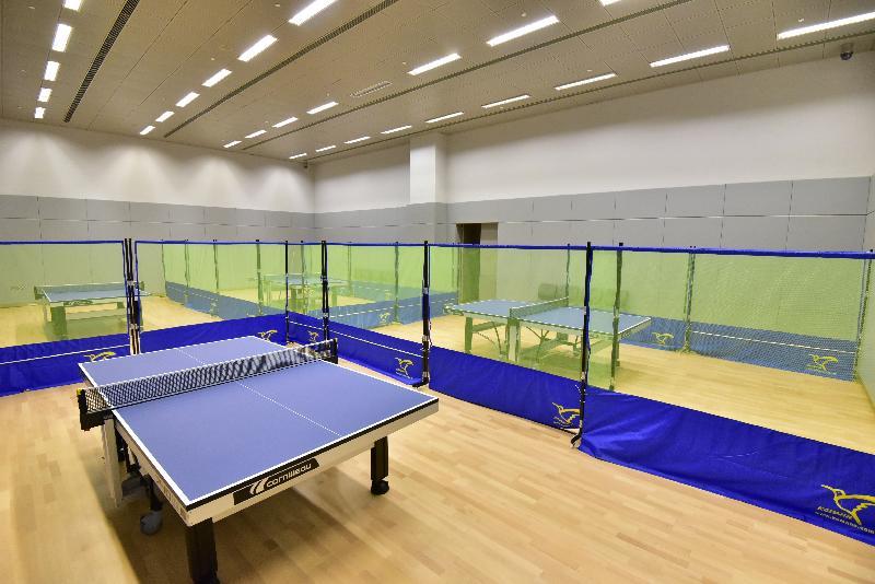 全新的元朗體育館位於元朗文化康樂大樓的三樓及四樓,面積約七千六百平方米。圖示設有四張球的乒乓球室。