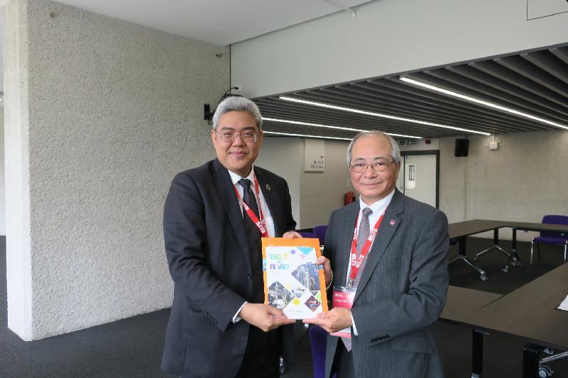 教育局局長吳克儉(右)於五月二十三日(倫敦時間)出席由英國文化協會舉辦的全球國際教育論壇「Going Global 2017」的全體大會,並與東南亞國家聯盟副秘書長Vongthep Arthakaivalvatee(左)舉行雙邊會議。