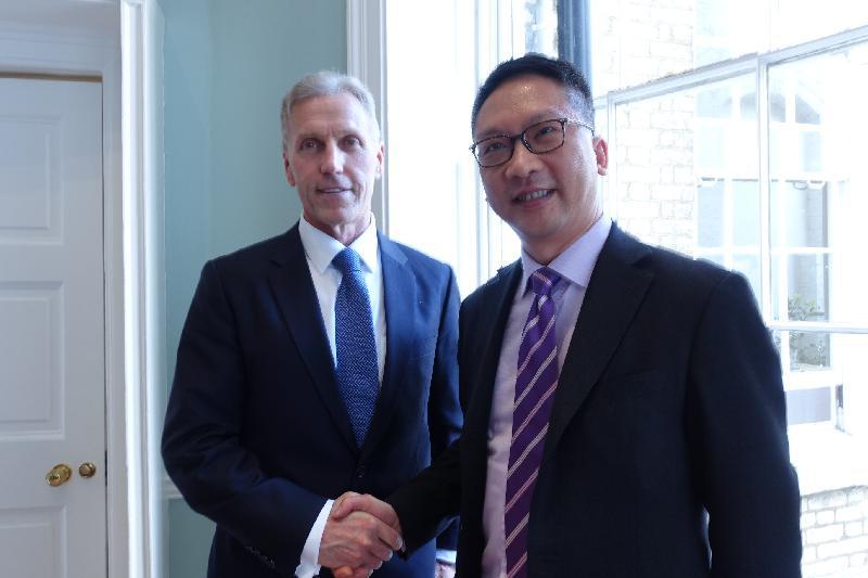 律政司司長袁國強資深大律師(右)今日(英國時間五月二十四日)在倫敦與「亞洲之家」行政總裁Michael Lawrence (左)會面。