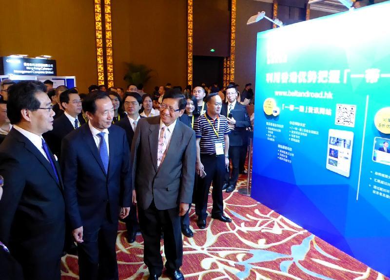 商務及經濟發展局局長蘇錦樑(左一)、福建省副省長李德金(左二)和香港貿易發展局副總裁葉澤恩(左三)今日(五月二十五日)在福州參觀「創新升級‧香港論壇」2017展區。