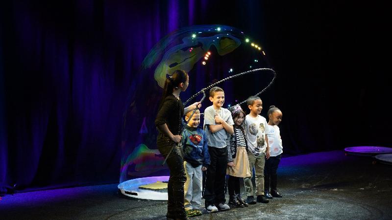 暑期大型藝術節「國際綜藝合家歡的舞台節目--泡泡劇場《百變泡泡奇幻Show》,由於反應熱烈,加演兩場。來自美國的泡泡大師吹出各式各樣的泡泡,觀眾更有機會獲邀參與演出,在泡泡水濂洞被全方位環「抱」。