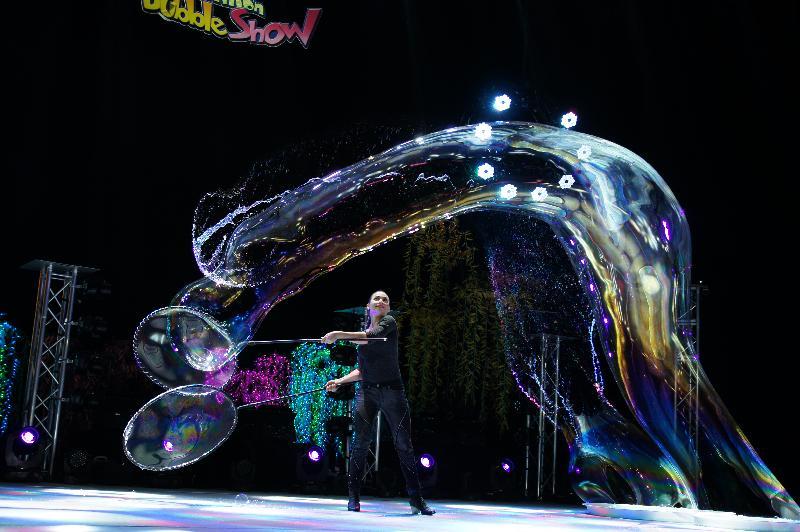 暑期大型藝術節「國際綜藝合家歡」的舞台節目--泡泡劇場《百變泡泡奇幻Show》,由於反應熱烈,加演兩場 。《百變泡泡奇幻Show》加場演出的門票明日(五月二十六日)起在城市售票網(www.urbtix.hk)發售。